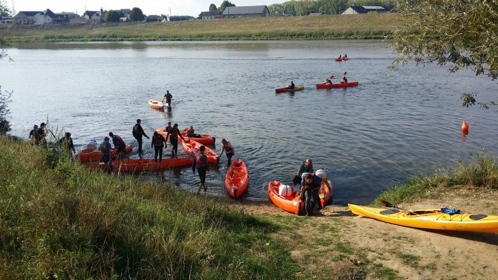 Bords de Loire. Départ des canoës sur une rive