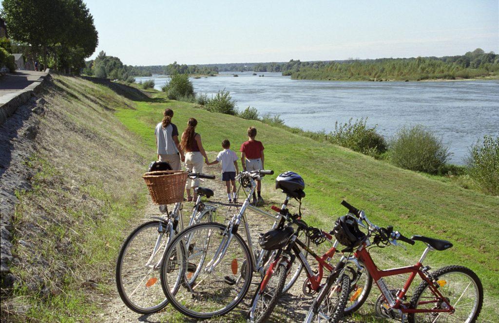 Loire à Vélo. Famille à vélo qui admire la Loire